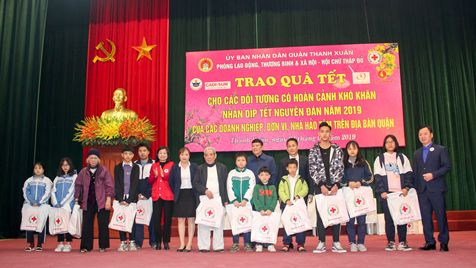 "Early bringing ""Spring of love"" to the poor in Thanh Xuan district"